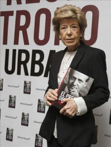 La periodista Pilar Urbano con su libro «El precio del trono»